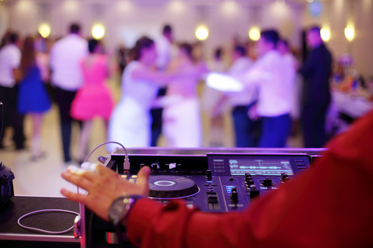 5 Tips to Keep Your Wedding Guests Entertained